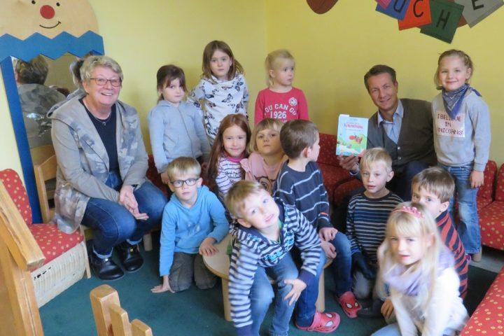 Matthias Kerkhoff MdL liest im St. Nikolaus Kindergarten Meschede-Wennemen