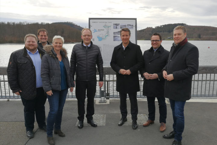 Südwestfälische CDU-Landtagsabgeordnete im Gespräch mit Bürgermeister, Christoph Weber am Hennesee